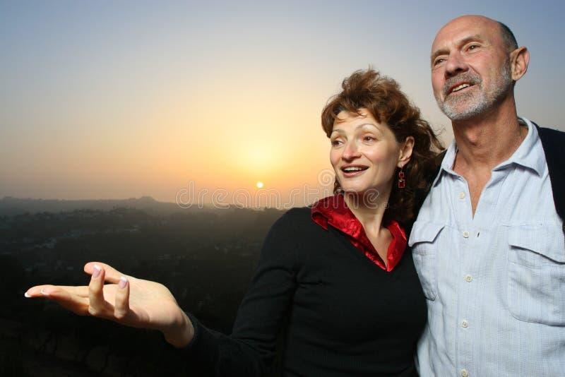 Couples heureux à l'extérieur au crépuscule image libre de droits