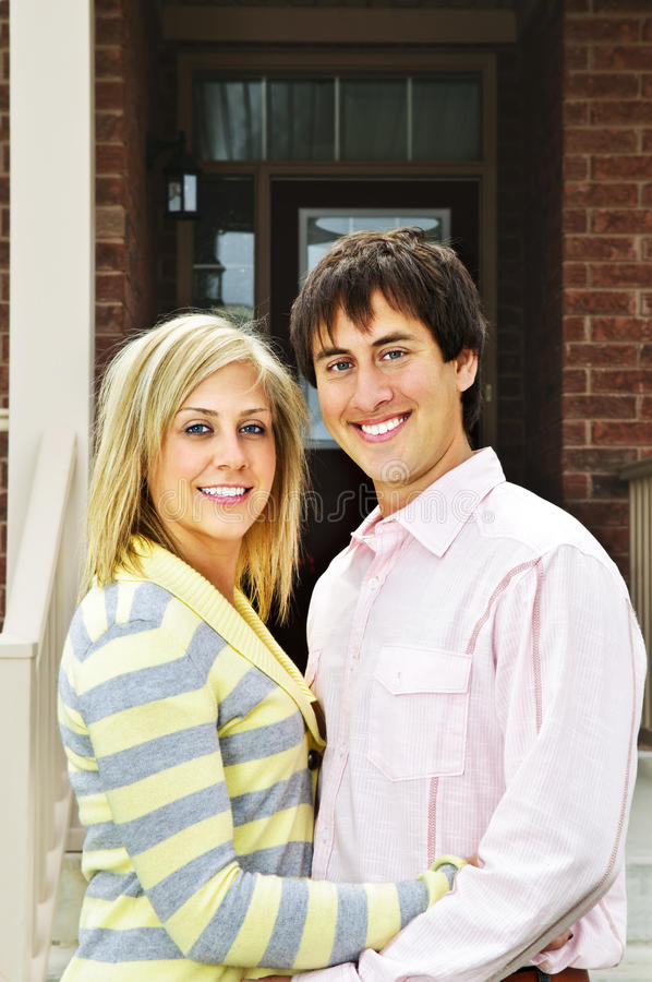 Couples heureux à la maison photo stock