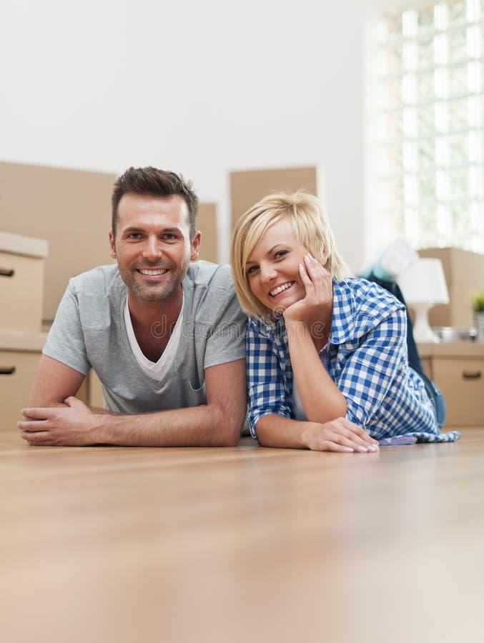 Couples heureux à la maison images stock