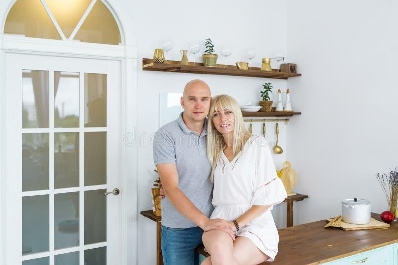 Couples heureux à la maison dans leur cuisine photos libres de droits
