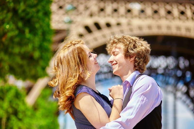 Couples heureux à Paris sous Tour Eiffel photo stock