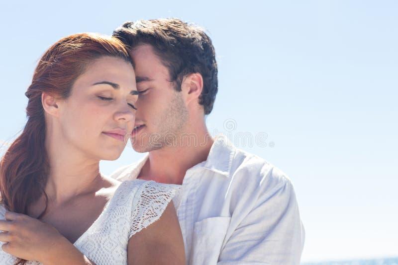 Couples heureux étreignant des yeux fermés images stock