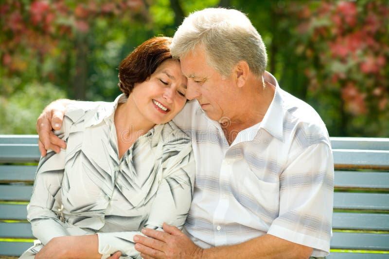 Couples heureux aînés en stationnement photo libre de droits
