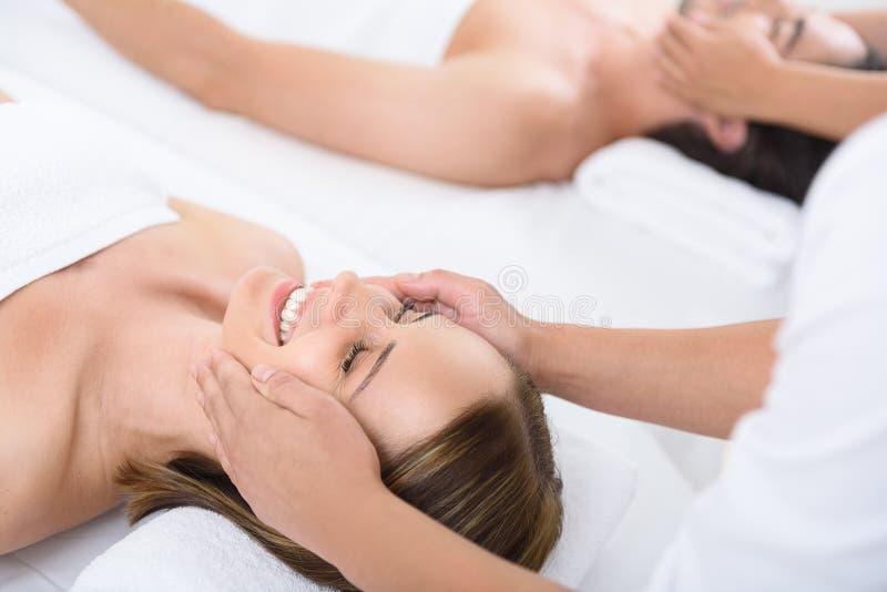 Couples heureux atteignant le massage la station thermale image stock