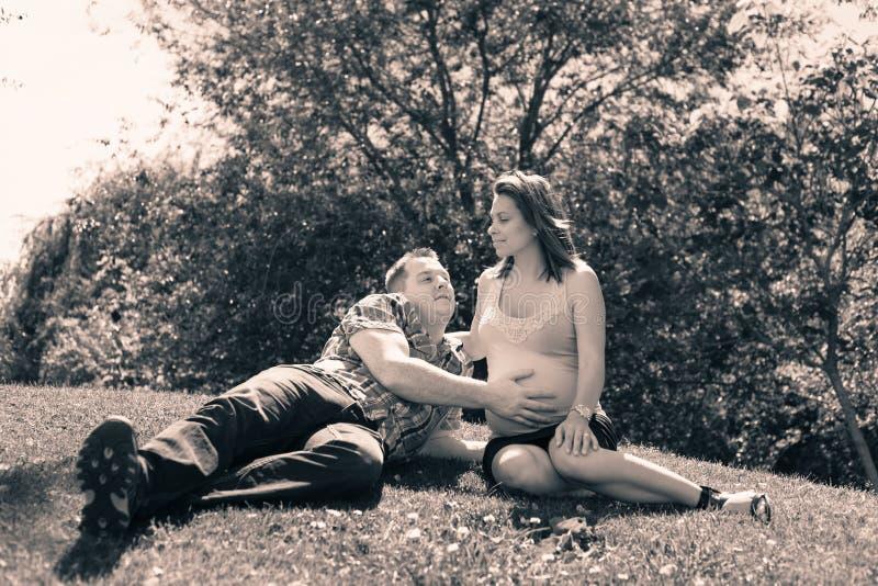 Couples heureux attendant la chéri photo stock