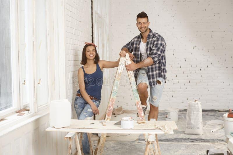 Couples heureux au site de rénovation photographie stock libre de droits