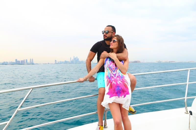 Couples heureux au voyage de cruse photographie stock libre de droits