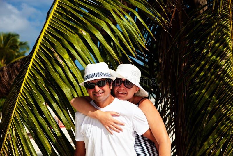Couples heureux ayant des vacances images stock