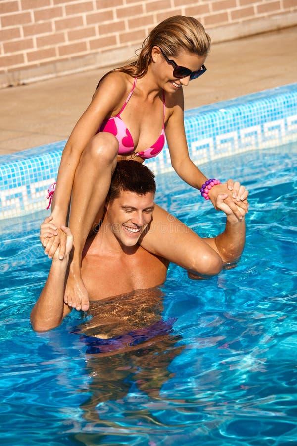 Couples heureux ayant l'amusement dans l'eau photographie stock