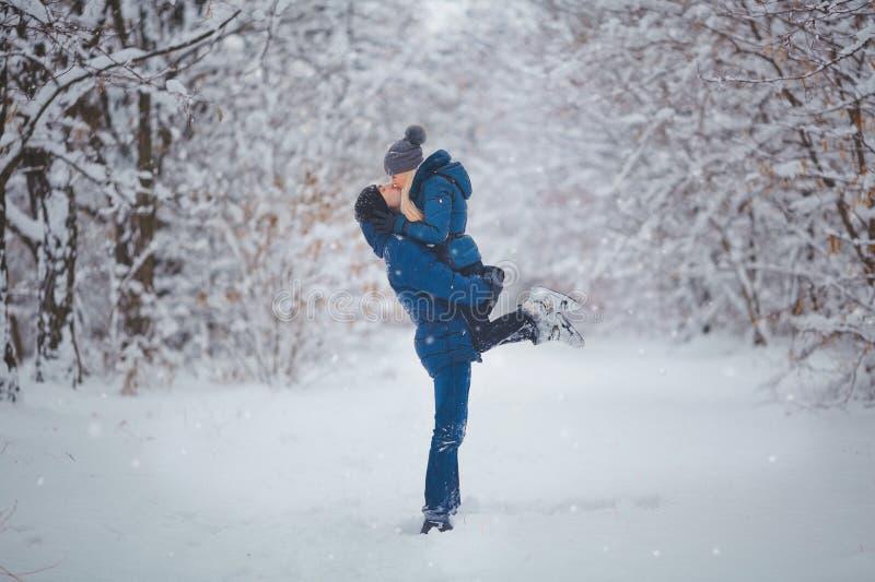 Couples heureux ayant l'amusement dehors dans le parc de neige Vacances de l'hiver photos libres de droits