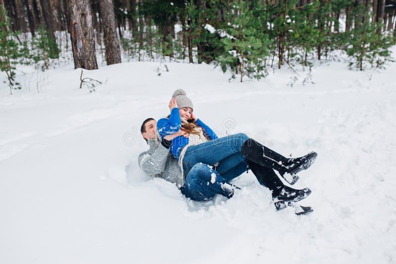 Couples heureux ayant l'amusement dehors dans le parc de neige Vacances de l'hiver photos stock