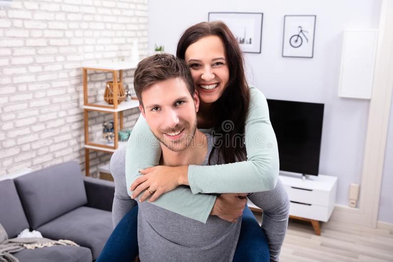 Couples heureux ayant l'amusement ? la maison image libre de droits