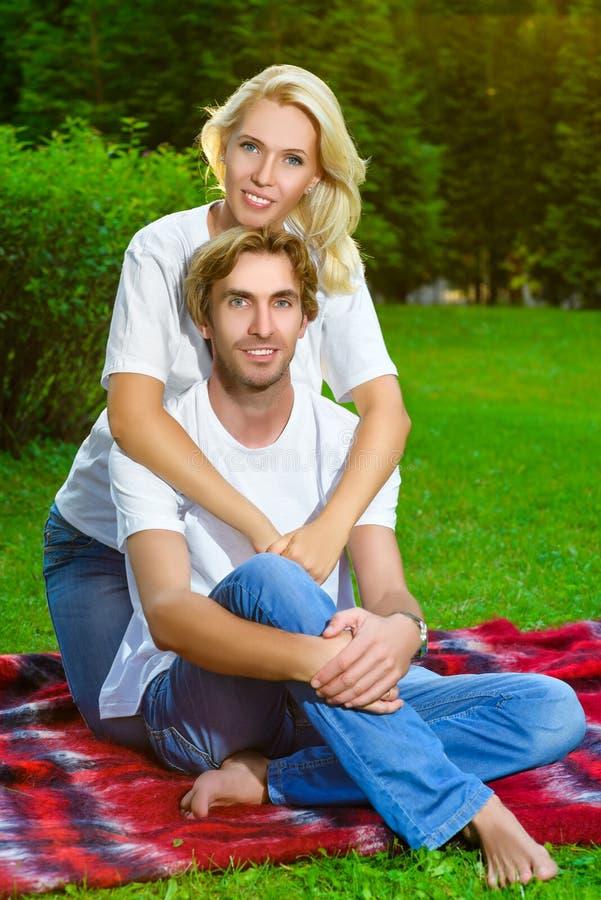 Couples heureux ayant le pique-nique extérieur un jour d'été images libres de droits