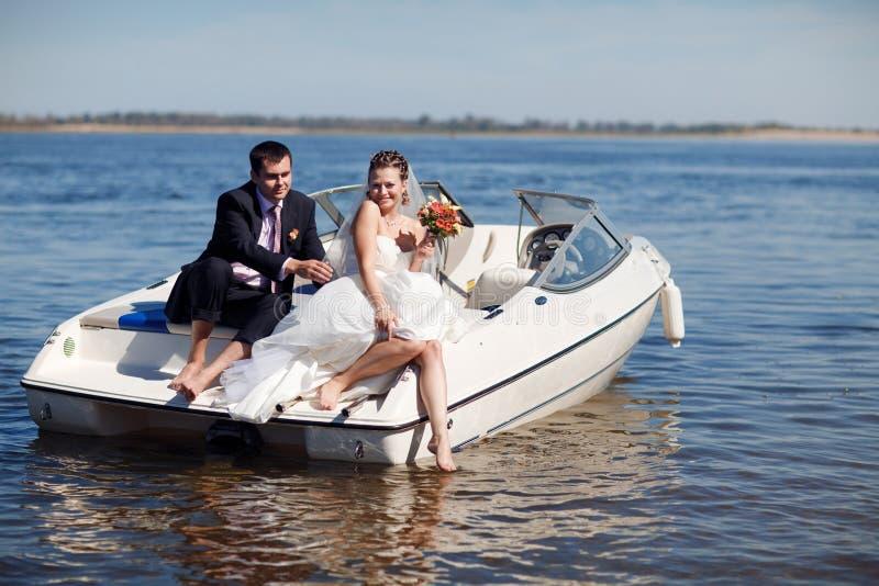 Couples heureux ayant le pique-nique sur le yacht image libre de droits