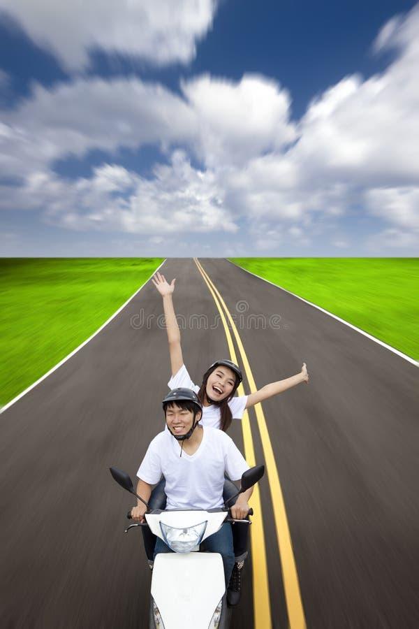 Couples heureux ayant le voyage par la route photos libres de droits