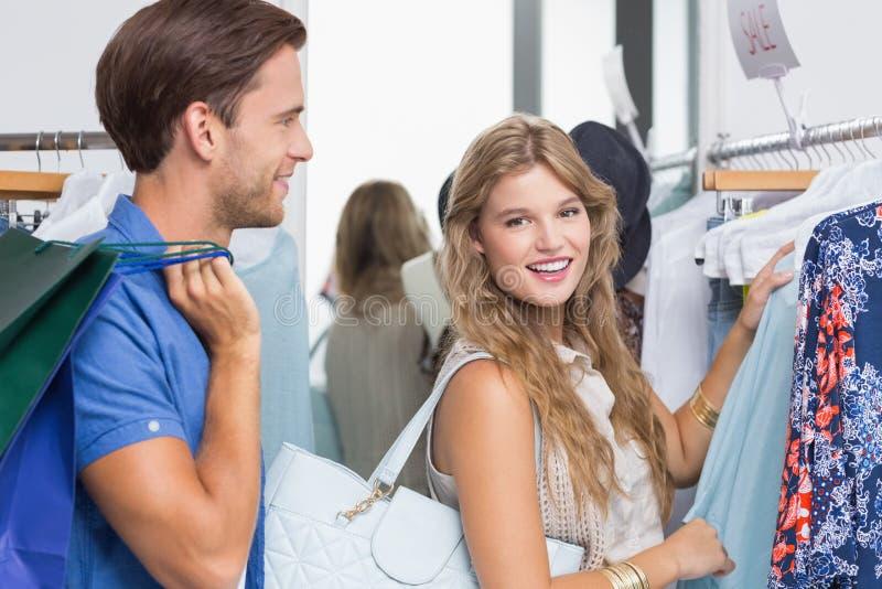 Download Couples Heureux Choisissant De Nouveaux Vêtements Photo stock - Image du consommateur, beau: 56489950