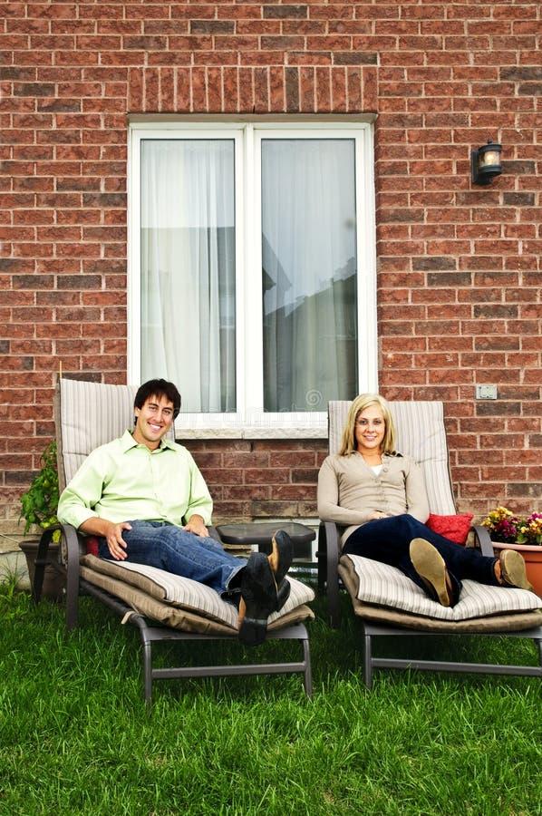 Couples heureux détendant à la maison image stock