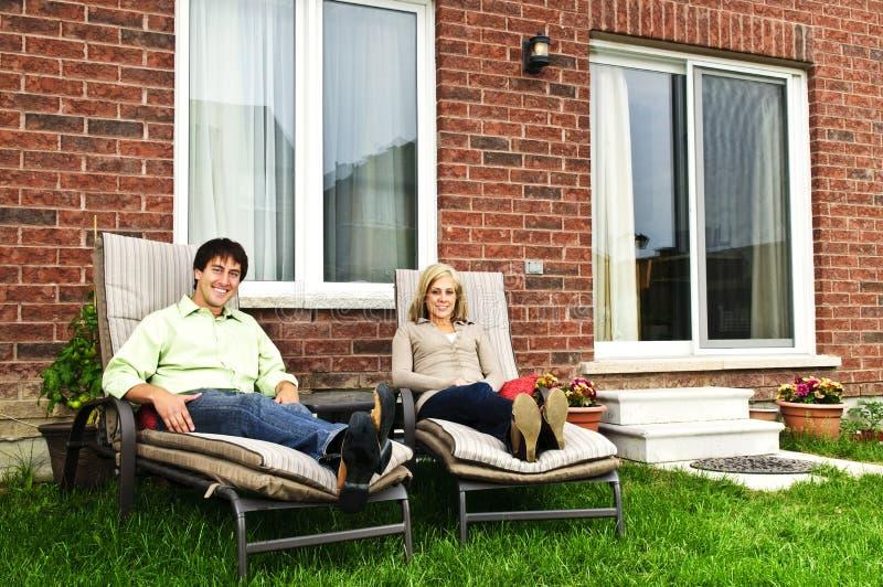 Couples heureux détendant à la maison photographie stock libre de droits