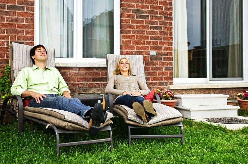 Couples heureux détendant à la maison photo libre de droits