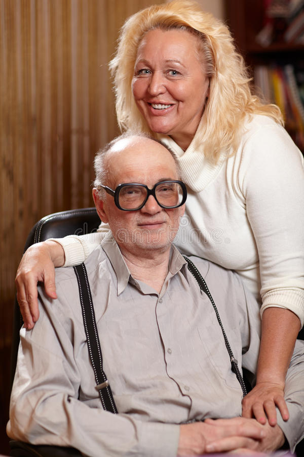 Couples heureux d'aînés dans l'amour à la maison. photographie stock
