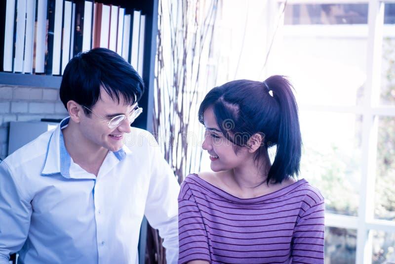 Couples heureux d'affaires fonctionnant ensemble à la maison photographie stock