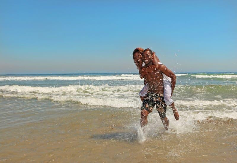 Couples heureux d'Afro-américain à la plage photo libre de droits