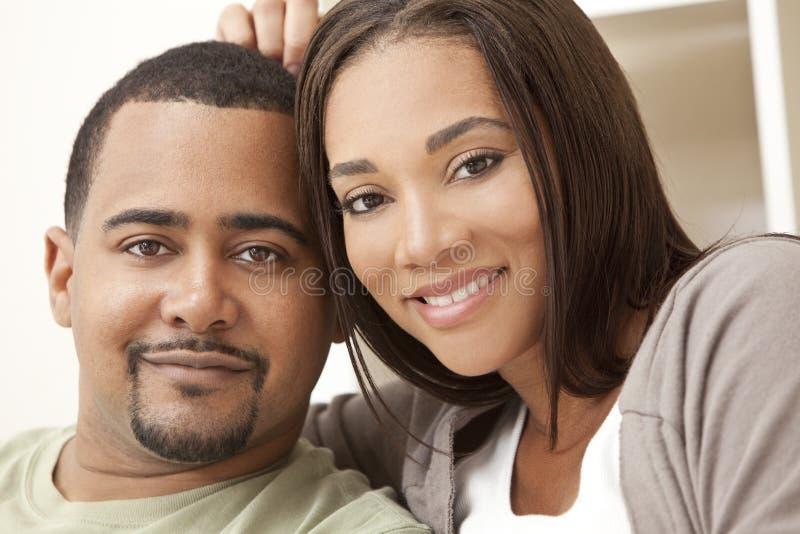 Couples heureux d'Afro-américain se reposant à la maison images stock