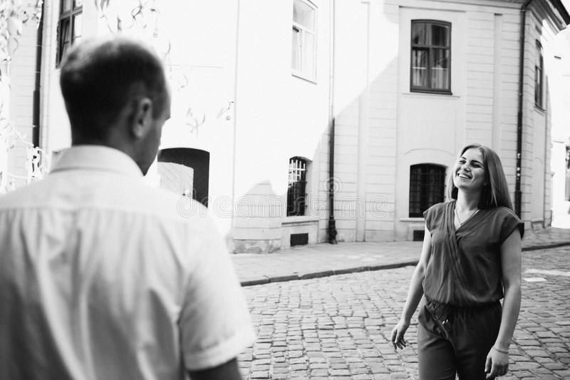 Couples heureux dans l'amour étreignant et embrassant sur la vieille ville de rue photos libres de droits