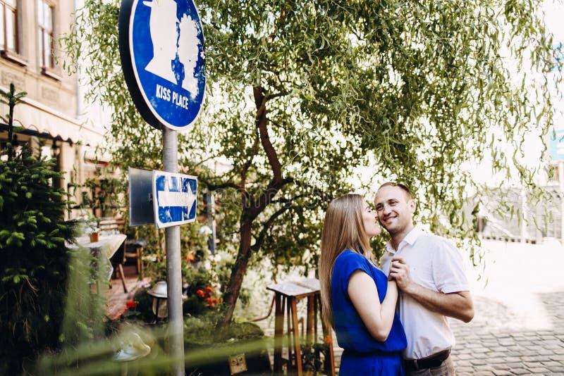 Couples heureux dans l'amour étreignant et embrassant sur la vieille ville de rue images libres de droits
