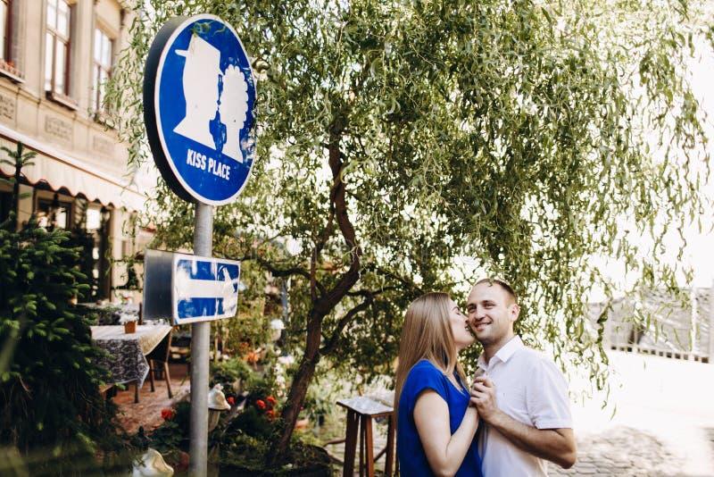 Couples heureux dans l'amour étreignant et embrassant sur la vieille ville de rue photographie stock