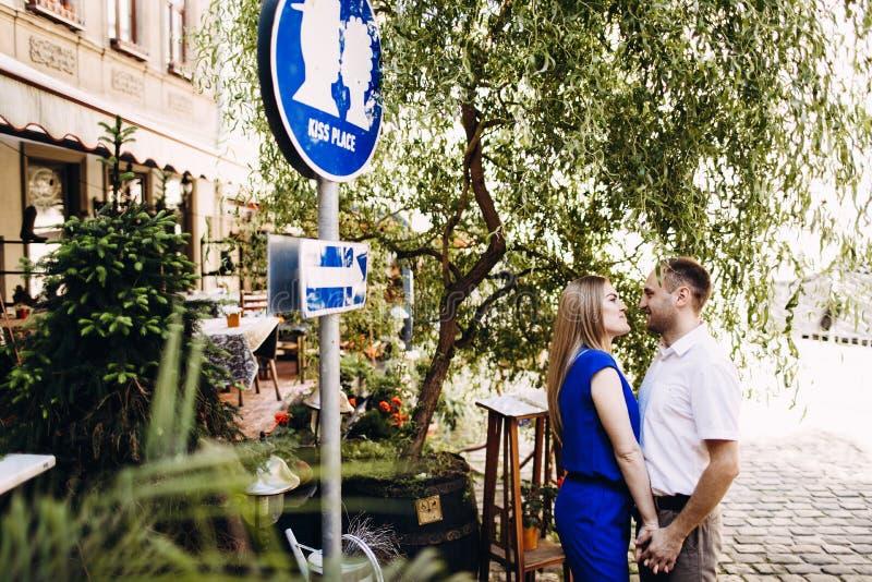 Couples heureux dans l'amour étreignant et embrassant sur la vieille ville de rue image libre de droits