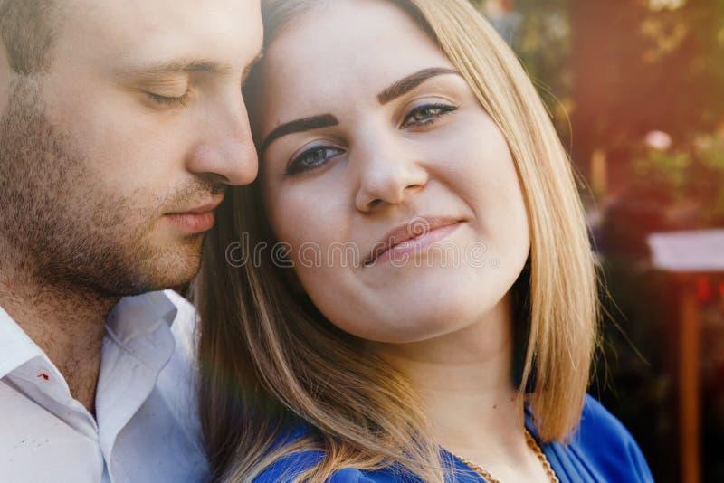 Couples heureux dans l'amour étreignant et embrassant sur la vieille ville de rue photographie stock libre de droits