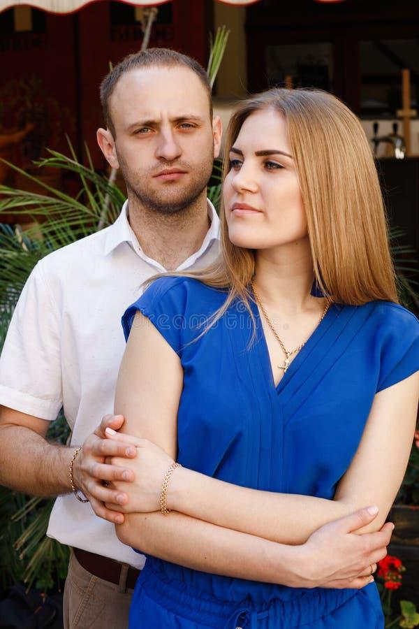 Couples heureux dans l'amour étreignant et embrassant sur la vieille ville de rue photo libre de droits