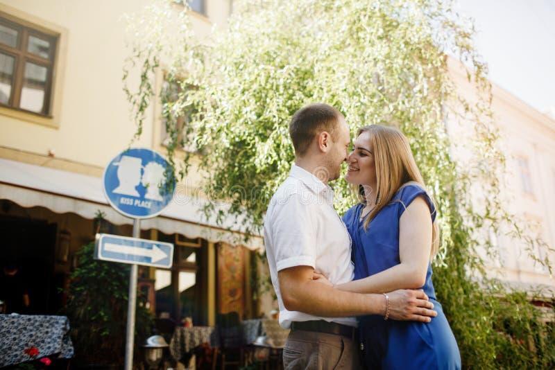 Couples heureux dans l'amour étreignant et embrassant sur la vieille ville de rue images stock