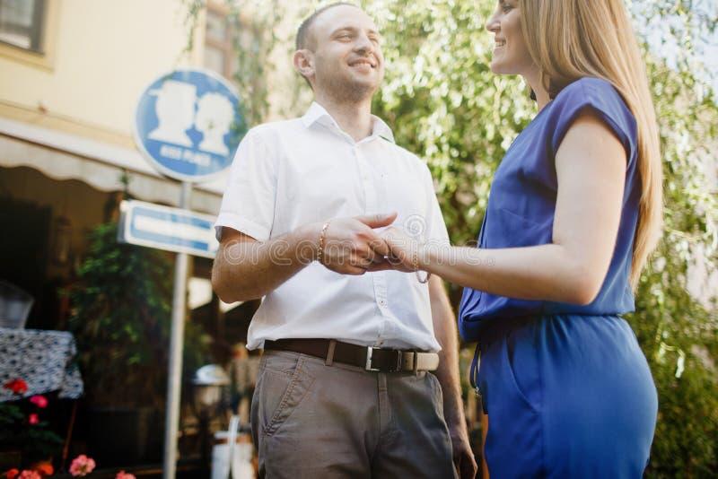 Couples heureux dans l'amour étreignant et embrassant sur la vieille ville de rue photos stock