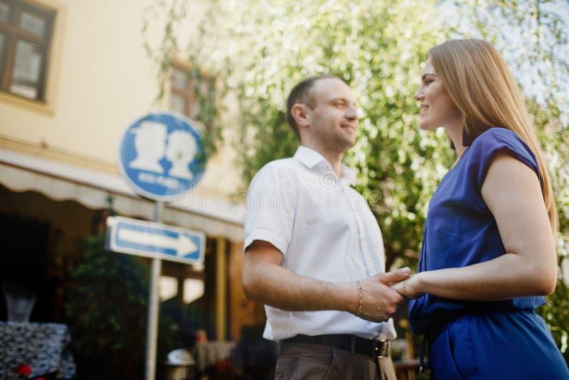 Couples heureux dans l'amour étreignant et embrassant sur la vieille ville de rue image stock