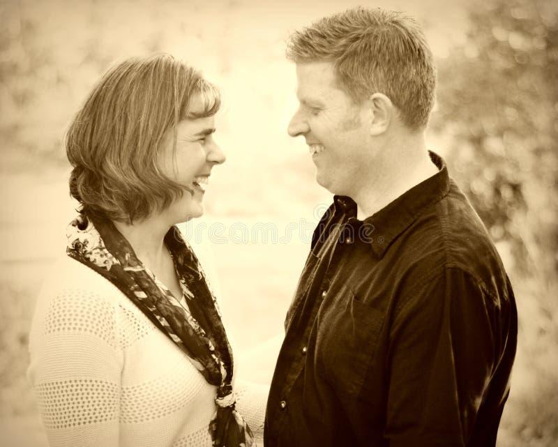 Couples heureux dans l'amour photo stock