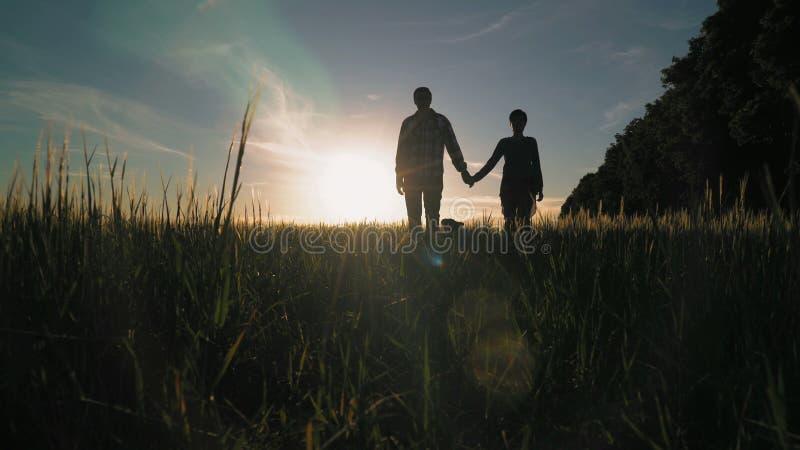 Couples heureux dans l'amour avec le bouledogue français dehors images stock