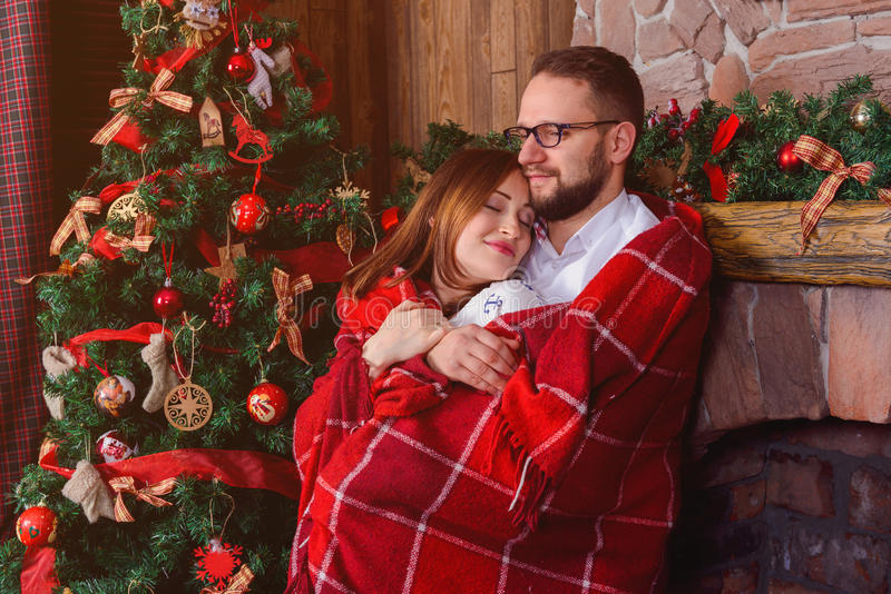 Couples heureux dans l'amour avec le plaid rouge photos libres de droits