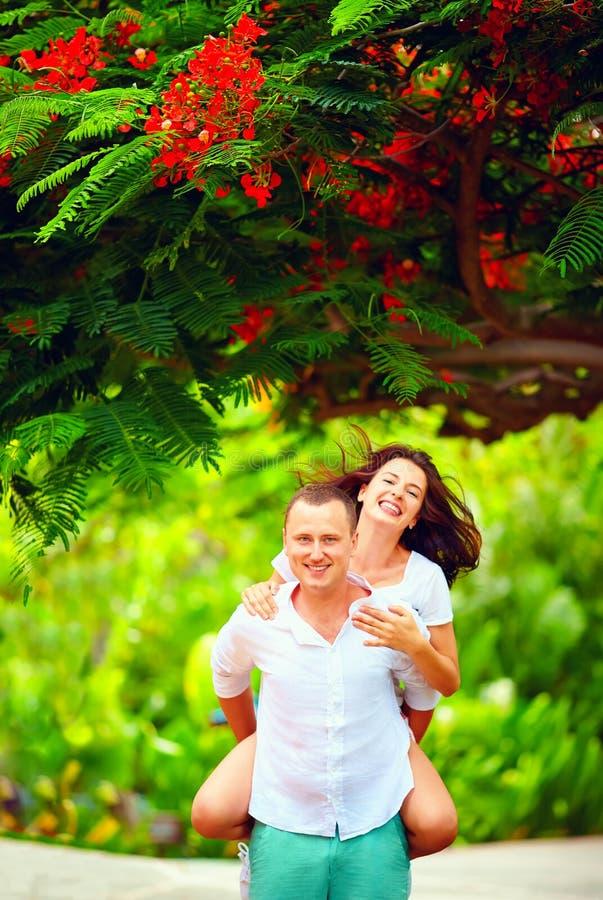 Couples heureux dans l'amour ayant le jardin d'amusement au printemps photo stock