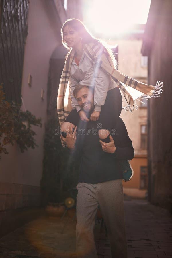 Couples heureux dans l'amour Dater dans la ville photographie stock