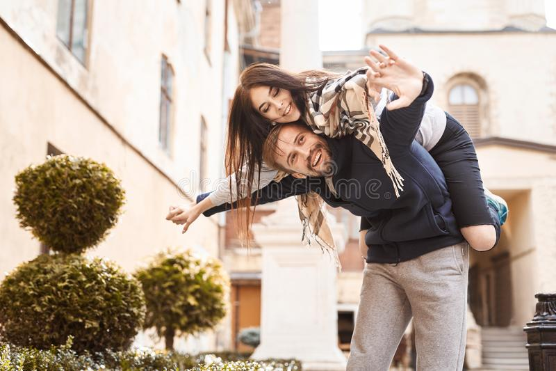 Couples heureux dans l'amour Dater dans la ville photographie stock libre de droits