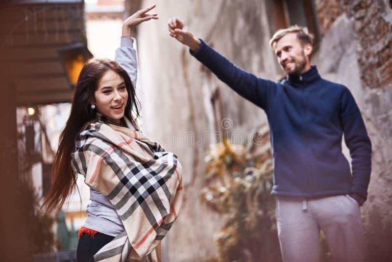 Couples heureux dans l'amour dater dans la ville au jour chaud d'automne photos libres de droits