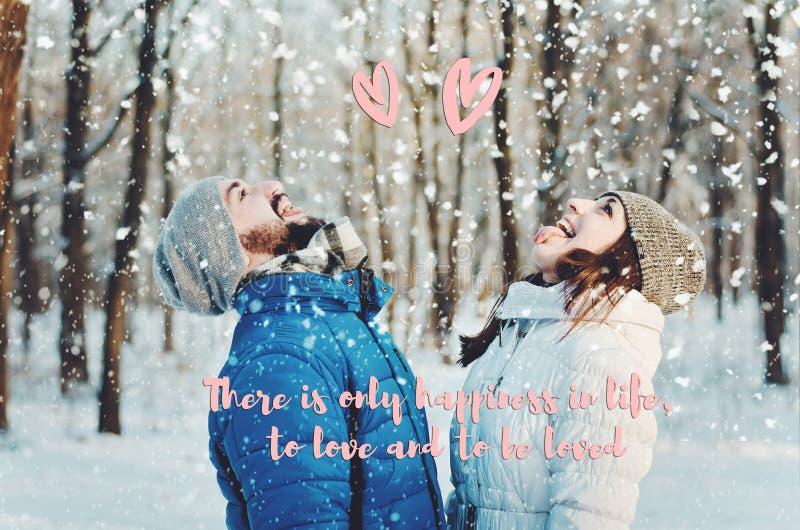 Couples heureux dans l'amour dans la forêt d'hiver photo libre de droits