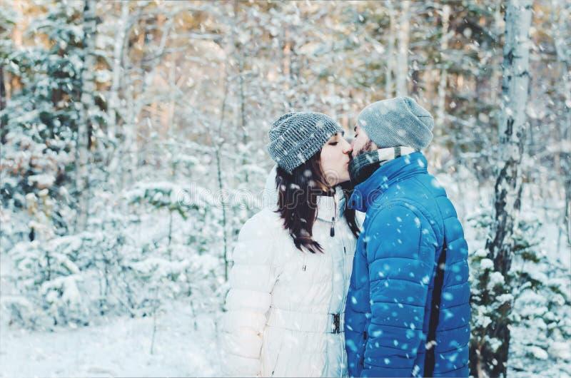 Couples heureux dans l'amour dans la forêt d'hiver photos libres de droits