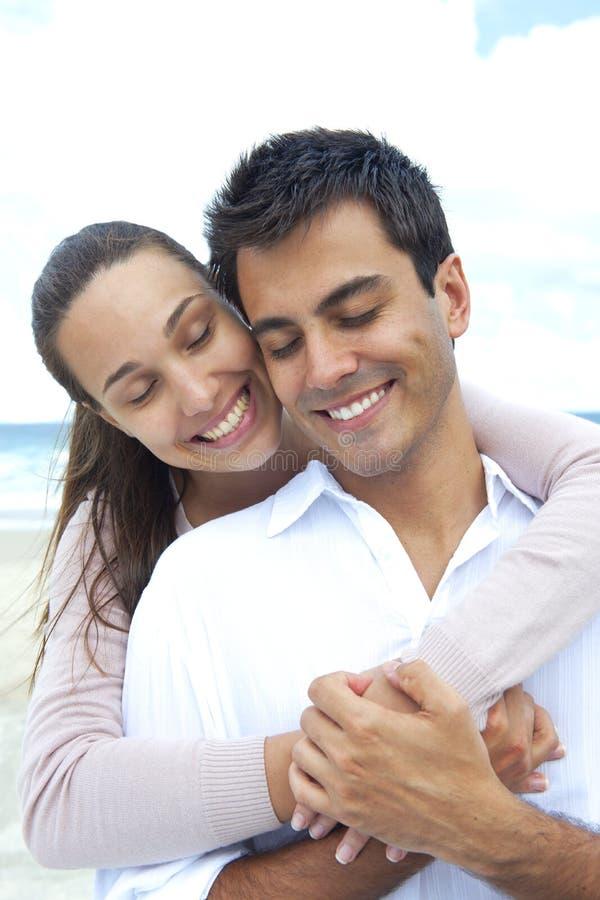Couples heureux dans l'amour rêvassant images libres de droits
