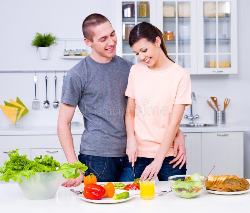 Couples heureux dans la cuisine image stock