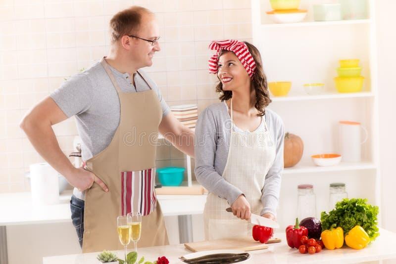 Couples heureux dans la cuisine photos stock