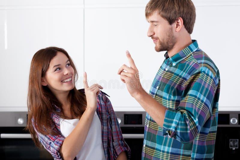 Couples heureux dans la cuisine image libre de droits