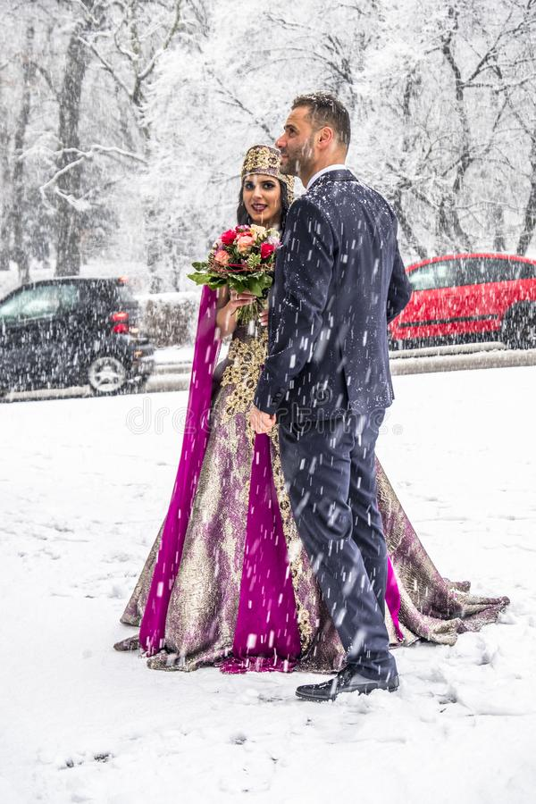 Couples heureux dans la robe de mariage turque traditionnelle pendant leur mariage images libres de droits